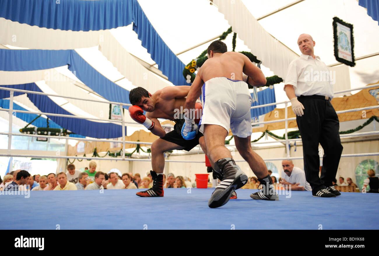 La bière traditionnelle tente la boxe à une fête folklorique à Geretsried, Bavaria, Germany, Photo Stock