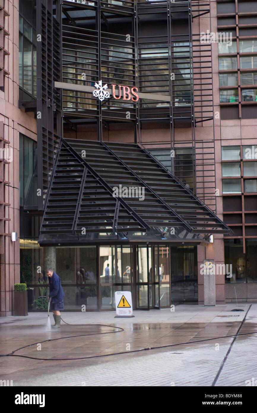 Nettoyage du filtre à l'extérieur de la chaussée Broadgate UBS Photo Stock