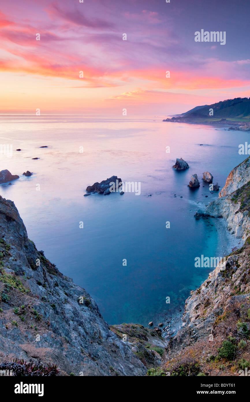 Coucher du soleil avec des roches. Côte de Big Sur. Californie Photo Stock