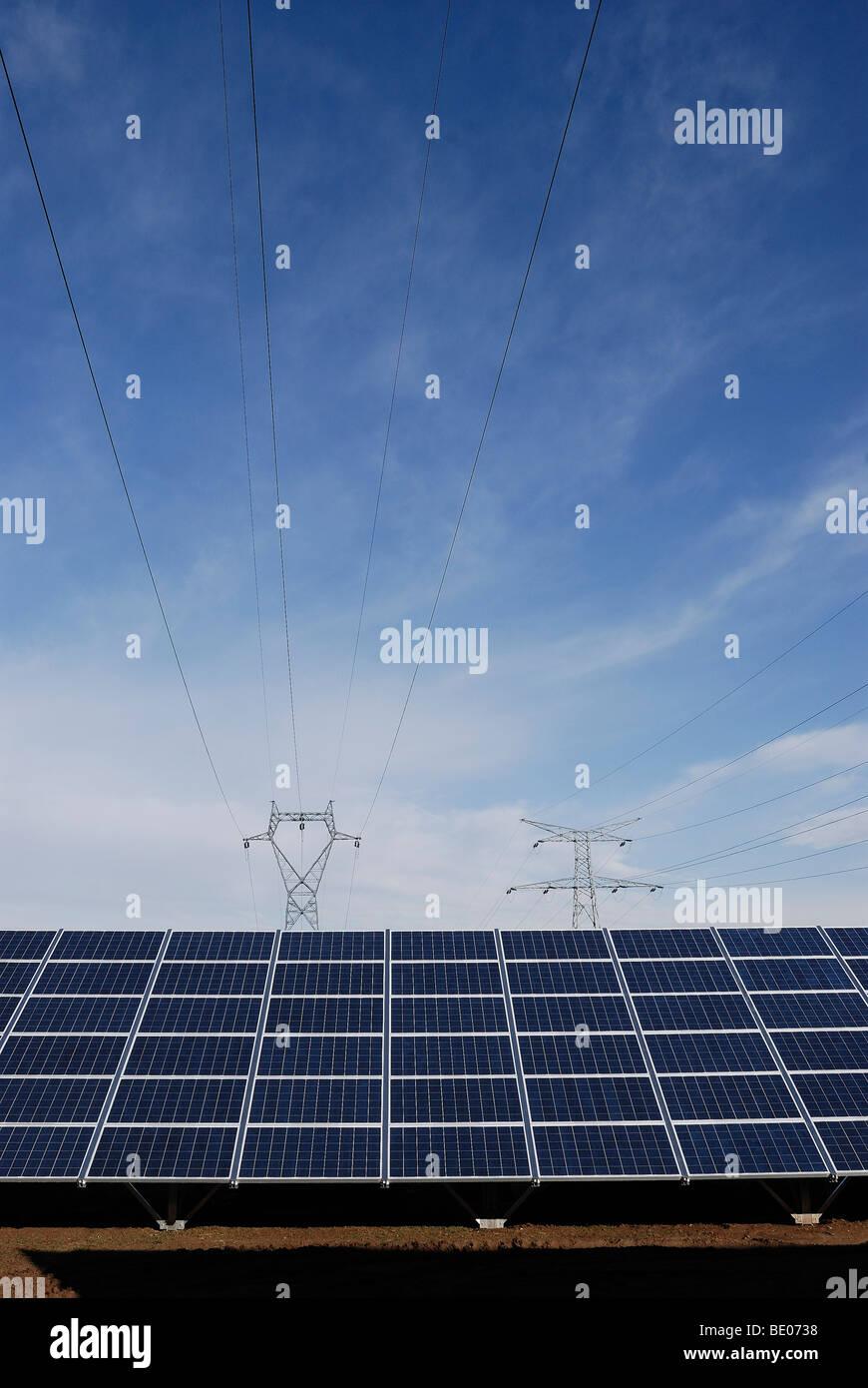 Panneau solaire et ligne d'alimentation Photo Stock