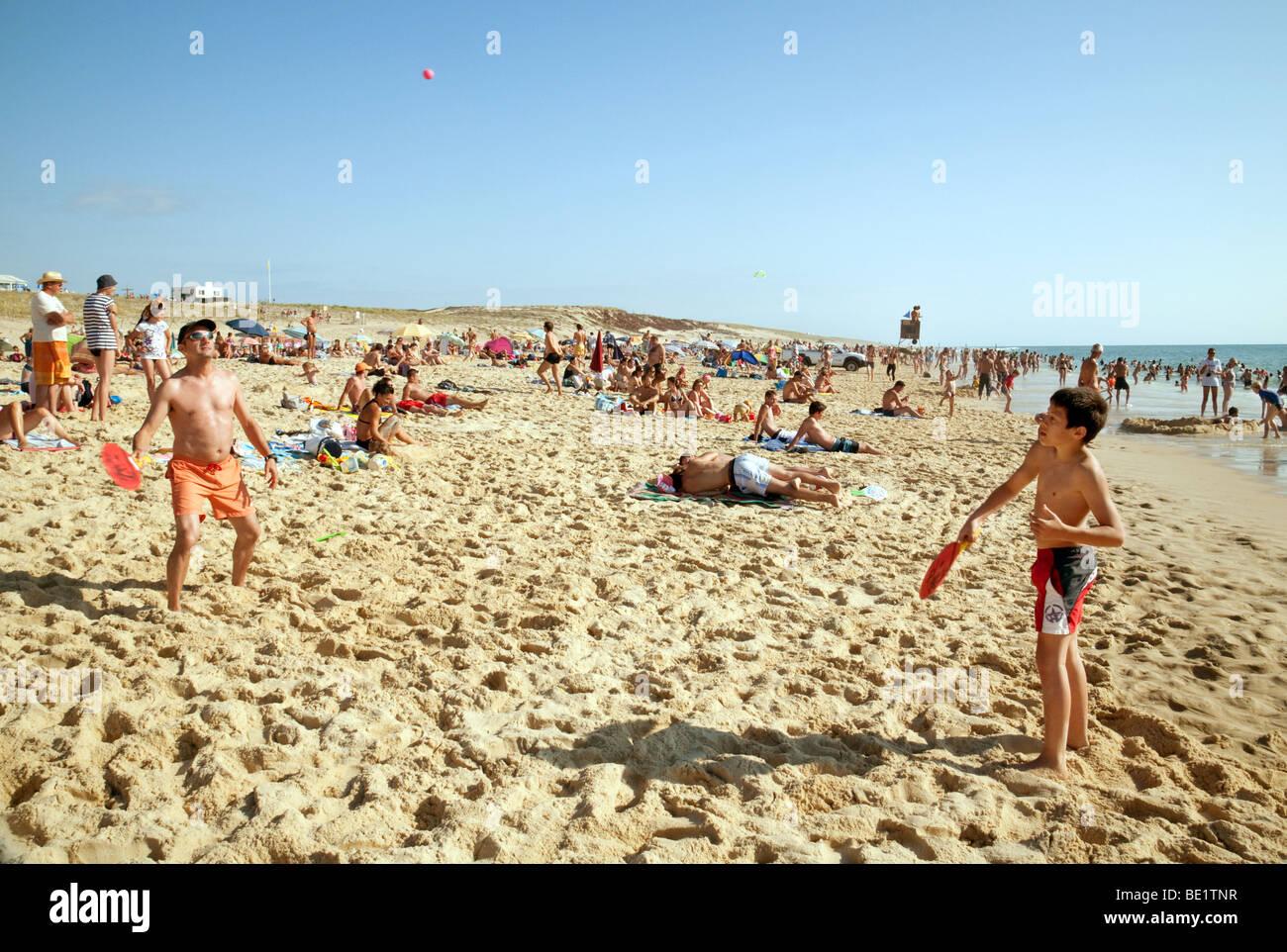1c0727474 Un père et sun la pratique du beach tennis sur la plage de Biscarrosse