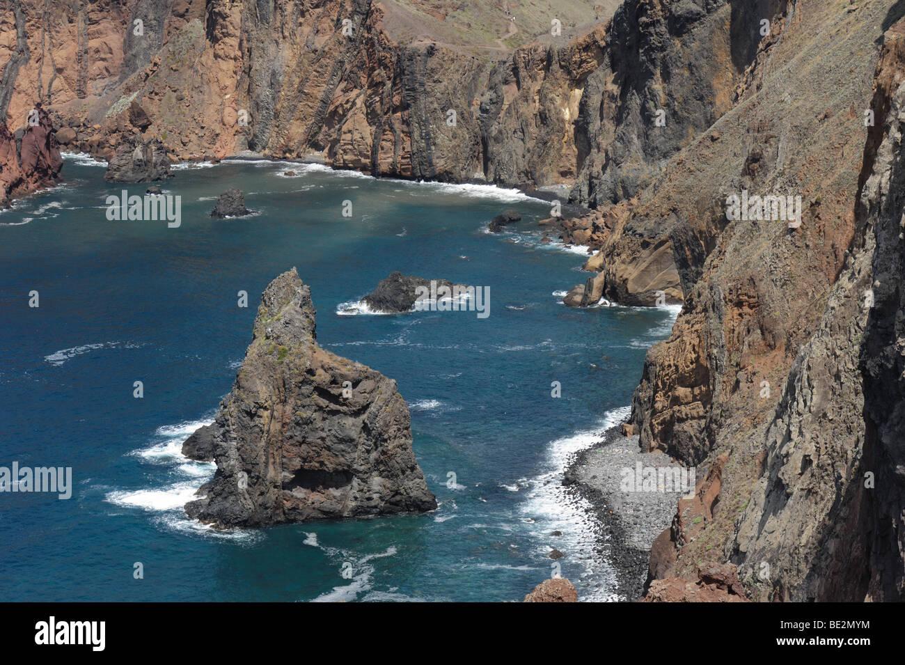 Mer et falaises côtières près de Canical sur la côte nord-est de Madère Photo Stock