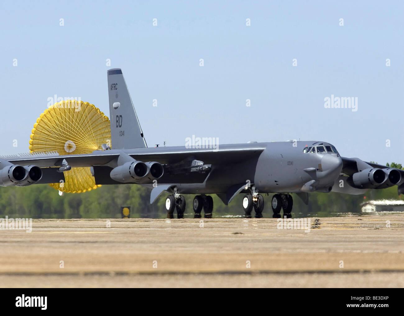 Un B-52 Stratofortress déploie sa chute glisser. Photo Stock