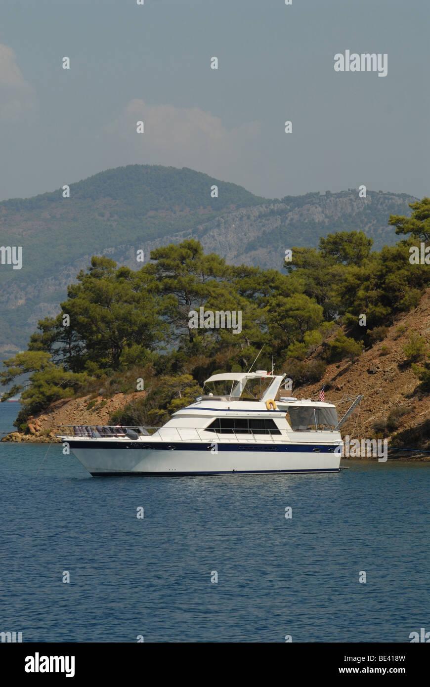 Motor Yacht de luxe à l'atterrissage à l'havre naturel en mer Méditerranée Photo Stock