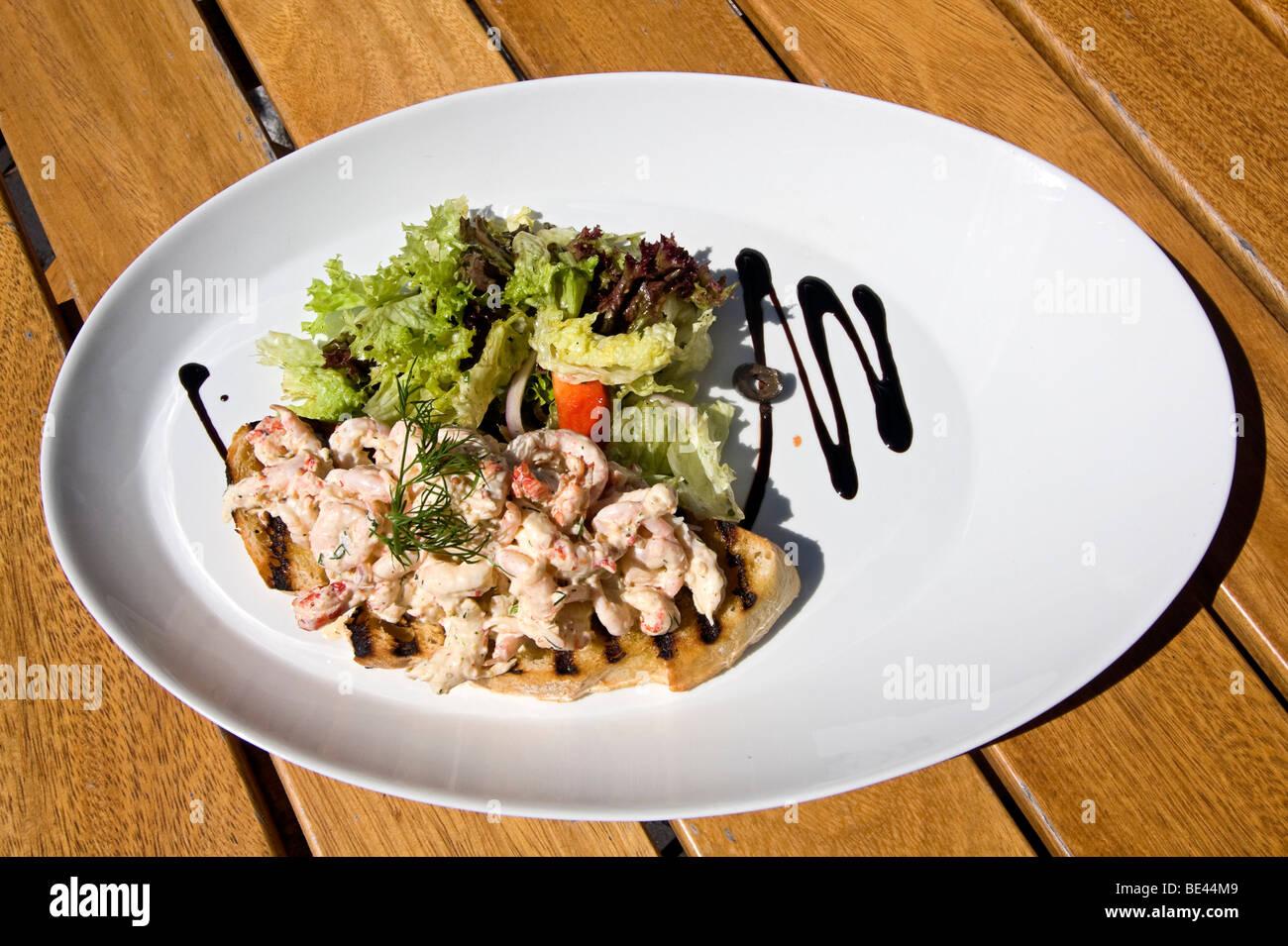 Face ouverte typique d''sandwich norvégien et à la salade de légumes verts. Photo Stock
