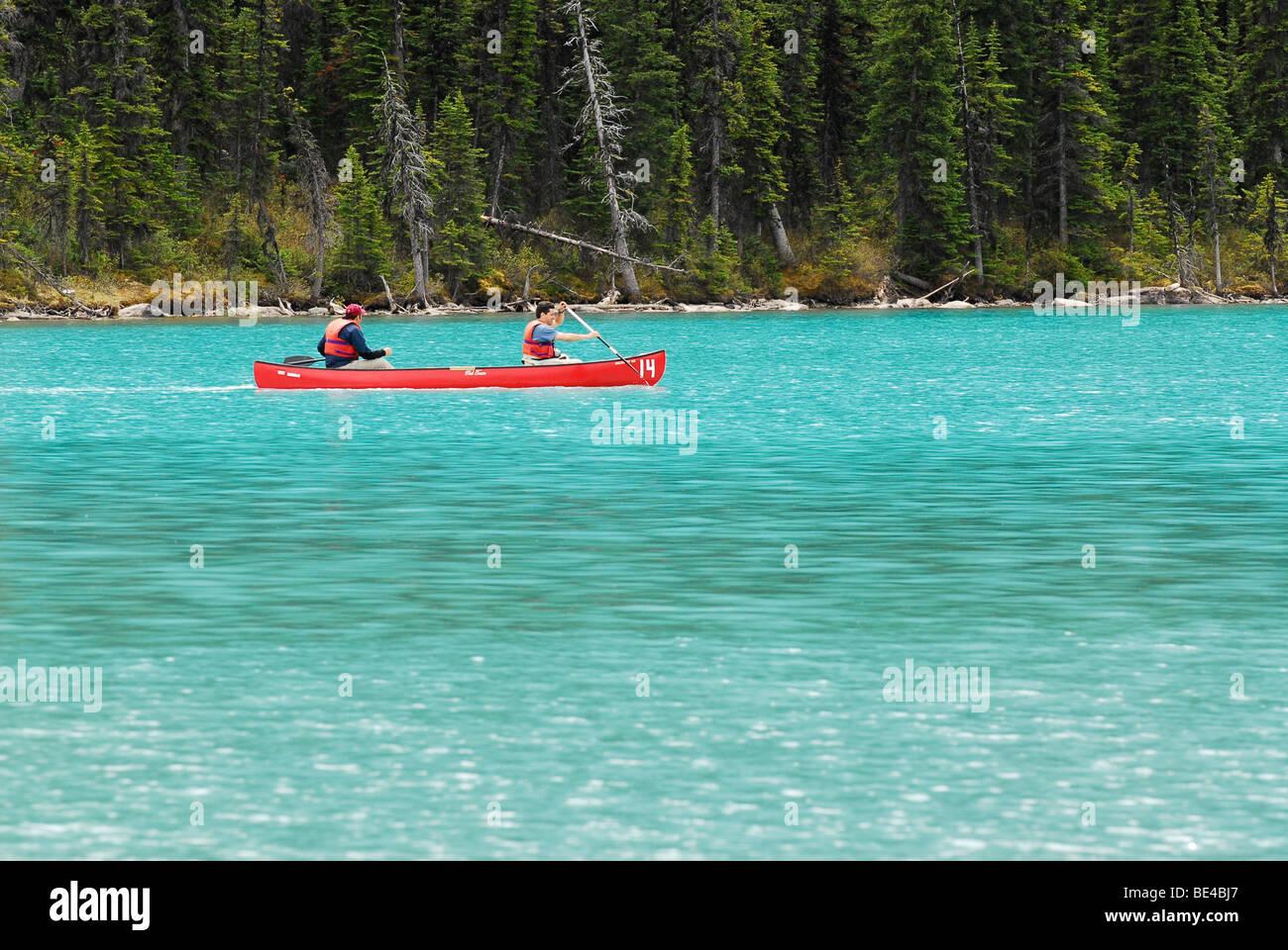 Canoë sur le lac Louise dans le parc national de Banff, Alberta, Canada Photo Stock