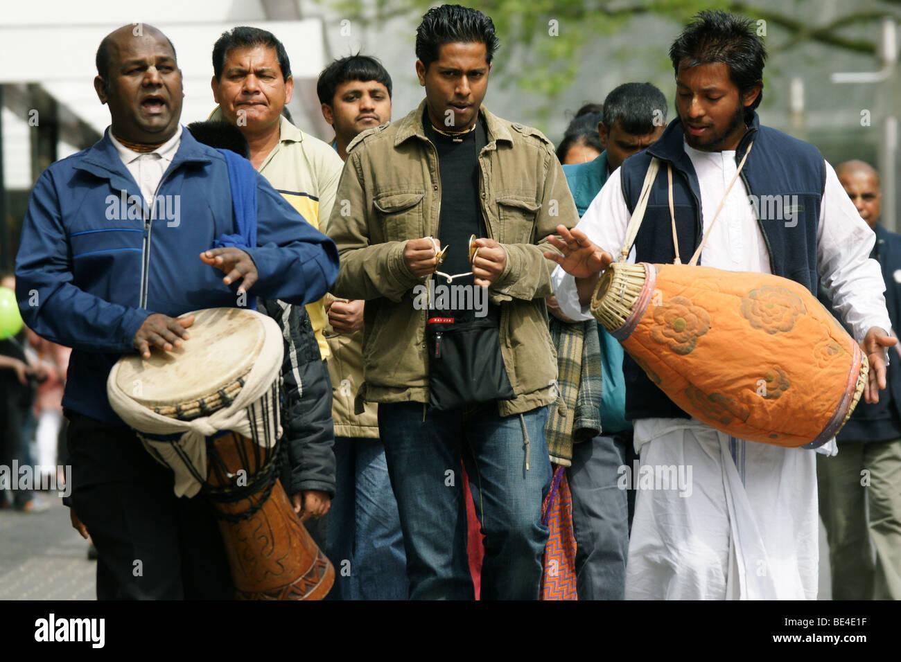 Les dévots de Krishna Hare groupe chantant des mantras de tambour à jouer de la musique à rues de Rotterdam Pays-Bas Banque D'Images