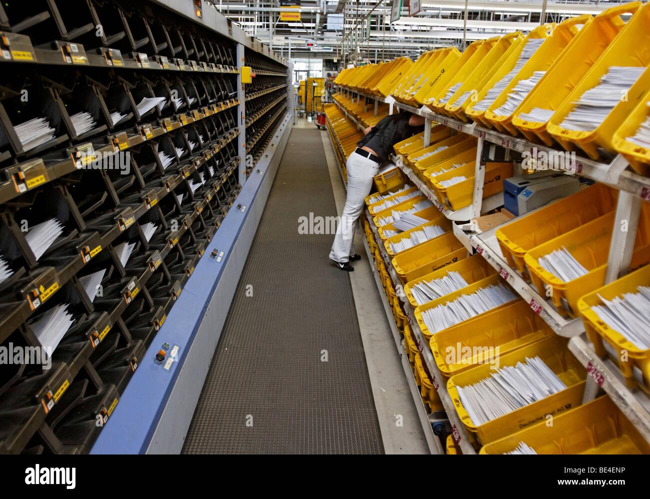 Nada Jumic travaille dans le centre de tri du courrier de l'office de poste régional à Waiblingen, Bade-Wurtemberg, Banque D'Images