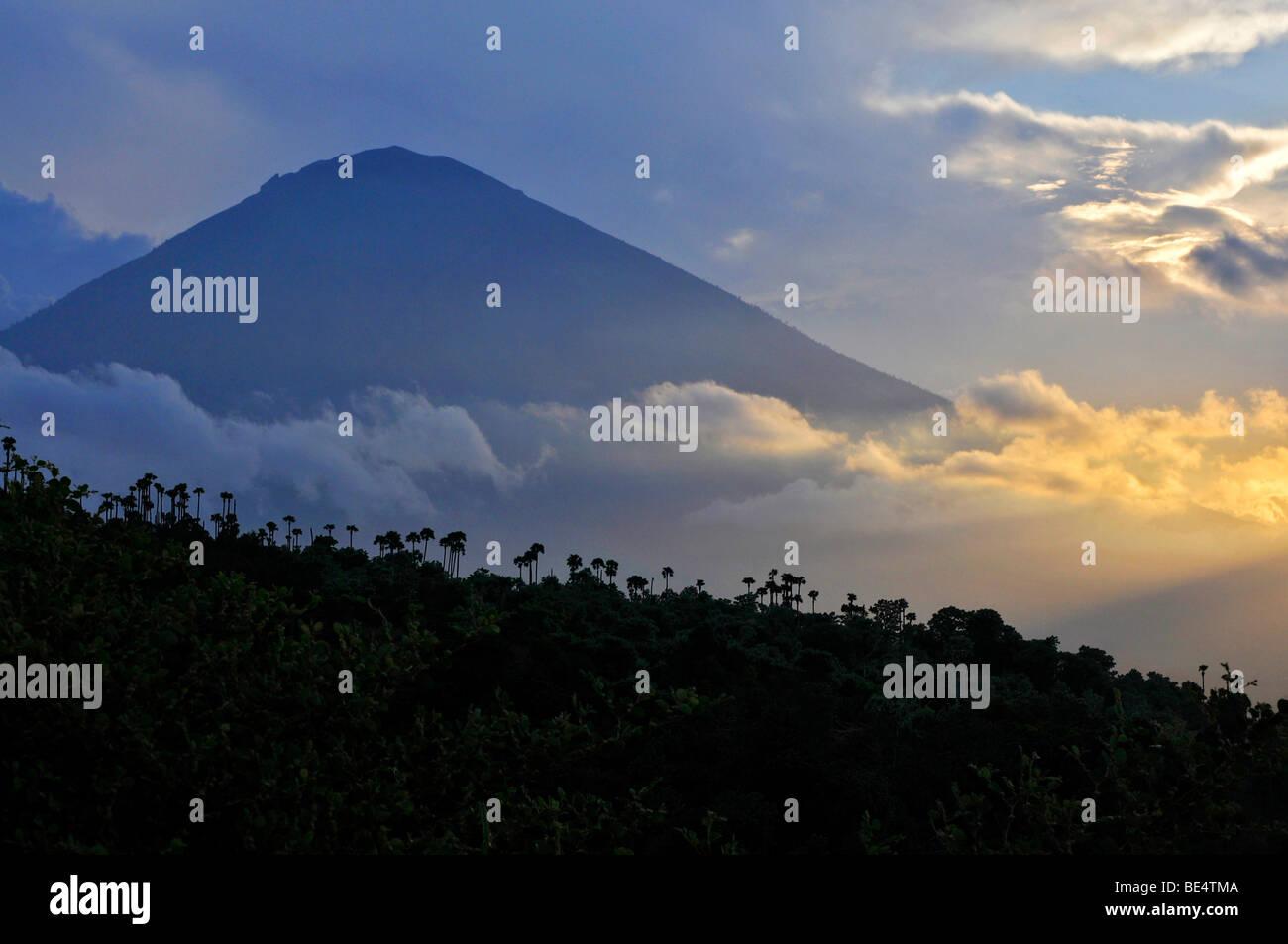 Coucher du soleil avec le volcan Gunung Agung à Amed, Bali, Indonésie, Asie du sud-est Photo Stock