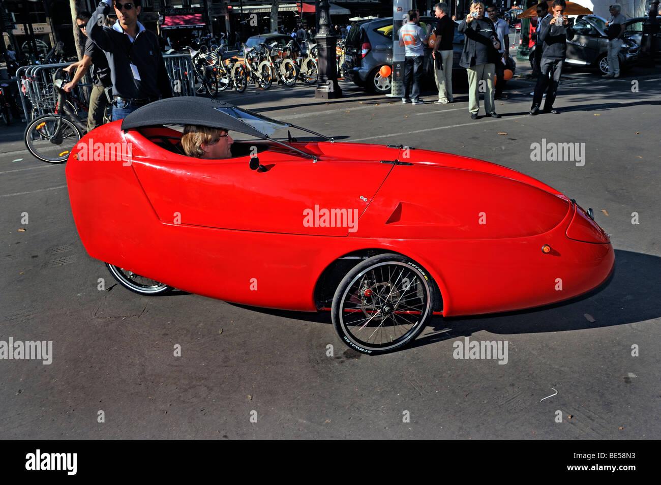 Paris, France, les gens se rendant sur 'les' Show, l'homme couvert de Conduite Vélo Three-Wheel Banque D'Images