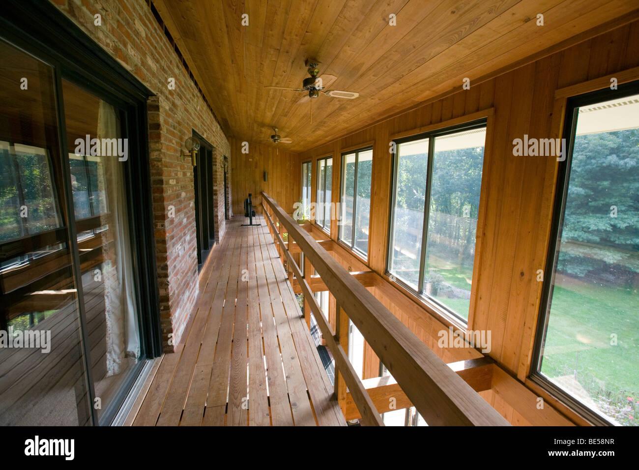 """Vue de l'intérieur de l'atrium (solarium) dans une enveloppe """"solaire passif"""" maison design Photo Stock"""