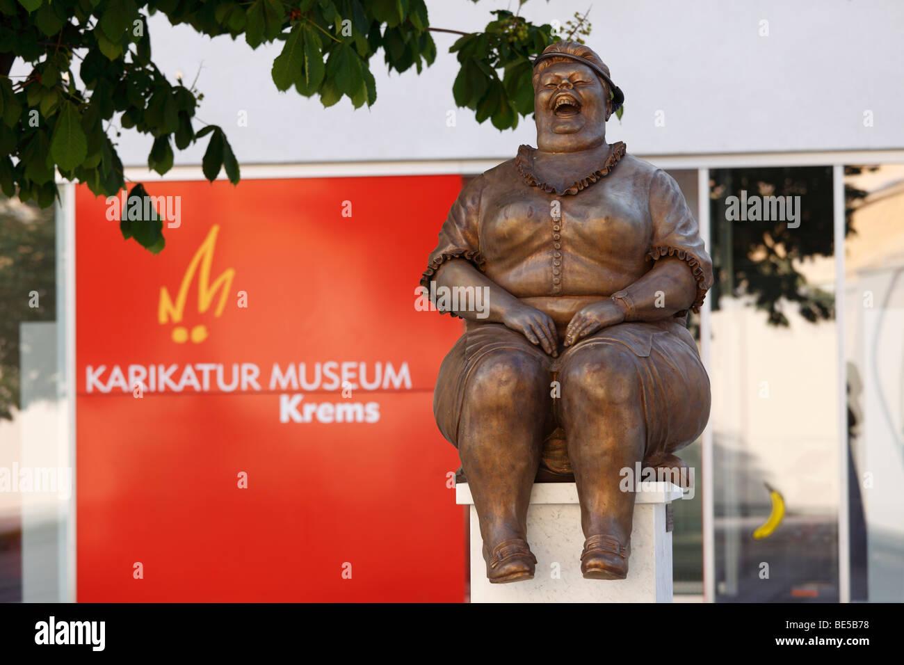 Sculpture en bronze de Manfred Deix en face de la caricature Karikaturmuseum museum, l'art de mille dans la région de Wachau, Krems, Aus Banque D'Images