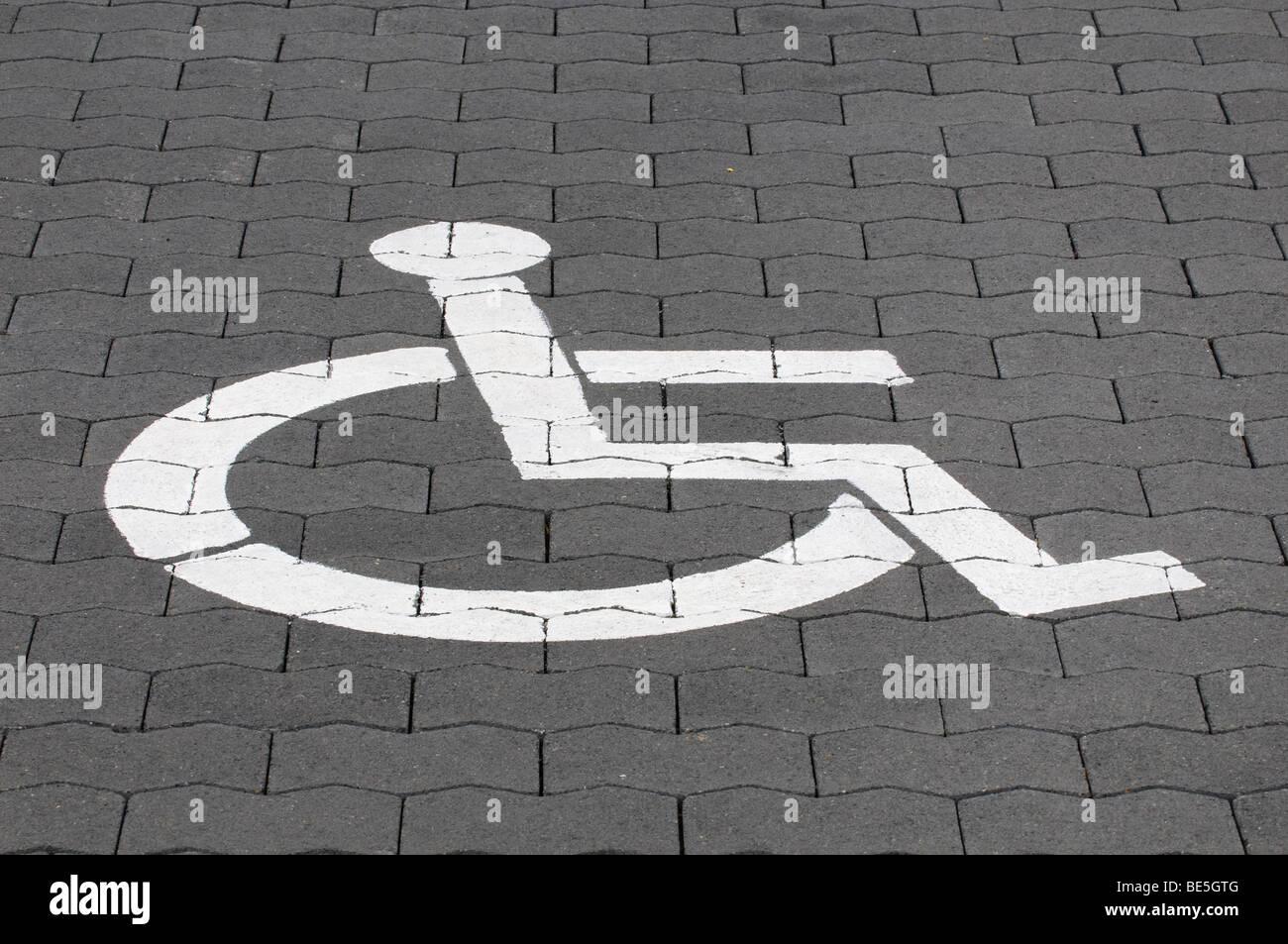 Stationnement pour handicapés pictogramme sur la chaussée Photo Stock