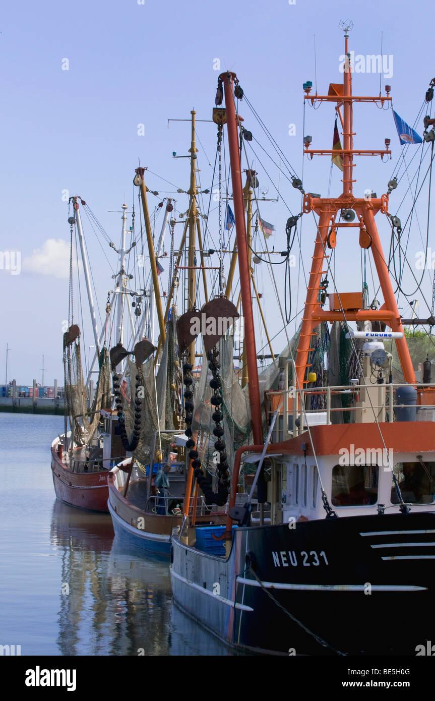 Bateau de pêche au chalut à perche, spar ou la flèche et faites glisser des filets dans le port d'Ayas, Photo Stock