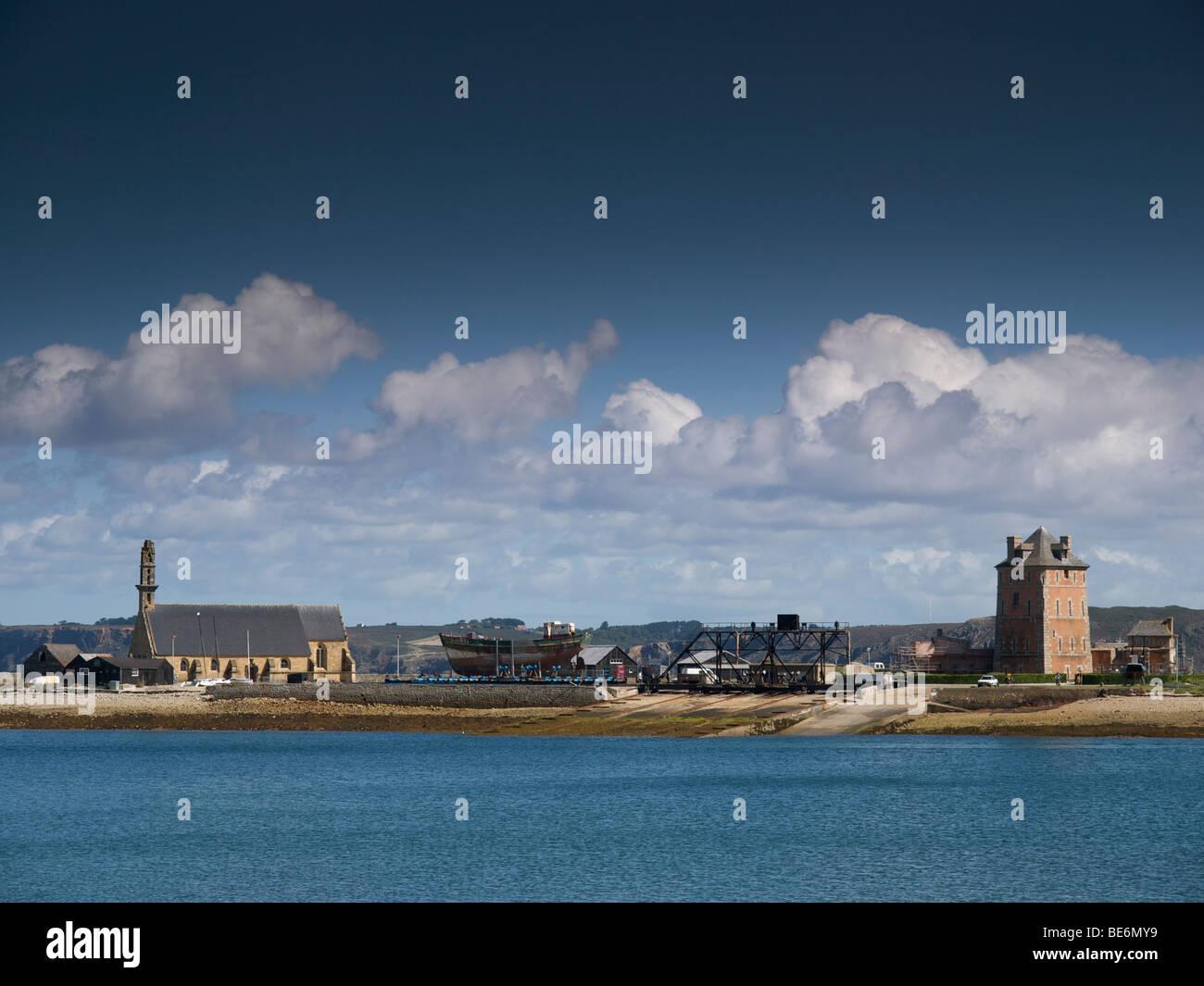 Camaret sur Mer, Bretagne, France avec la célèbre tour Vauban et l'ancienne église de pêcheurs Photo Stock