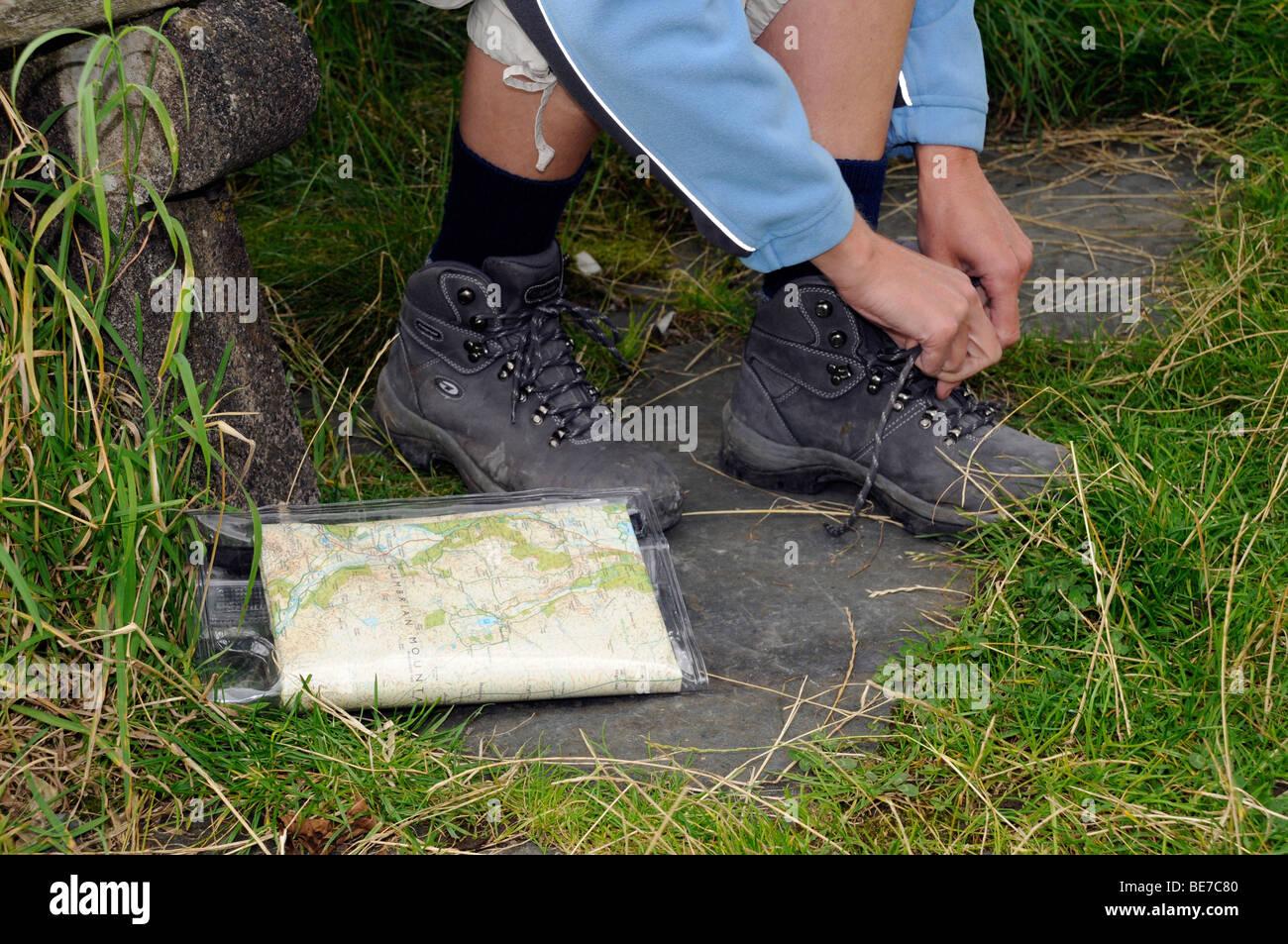 Close up of woman monopoliser la randonnée lacets avant une randonnée dans la région du Lake District, Cumbria. United Kingdom. Banque D'Images