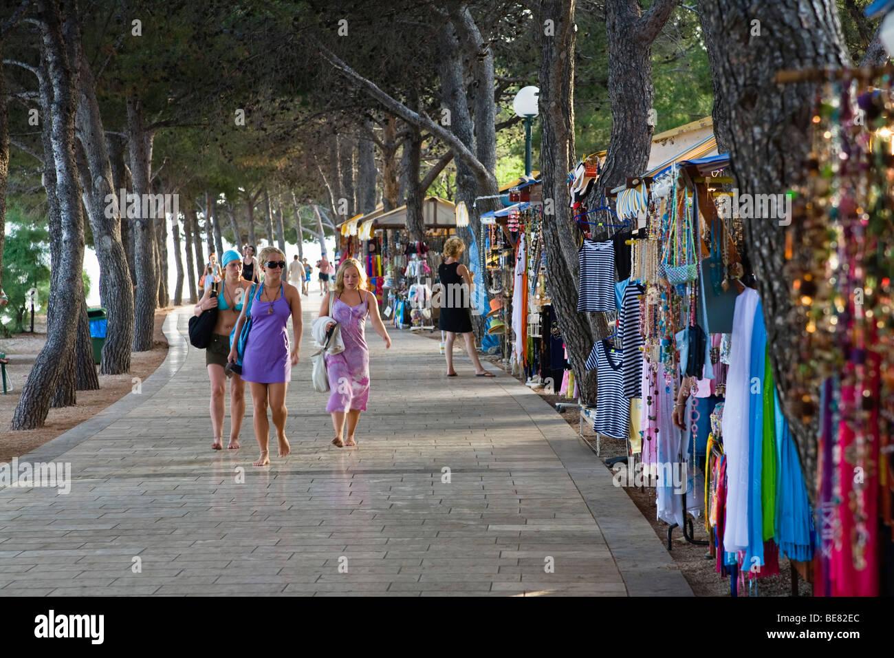 Les touristes et les ventes cale à la promenade, Bol, Île de Brac, la Dalmatie, Croatie, Europe Photo Stock