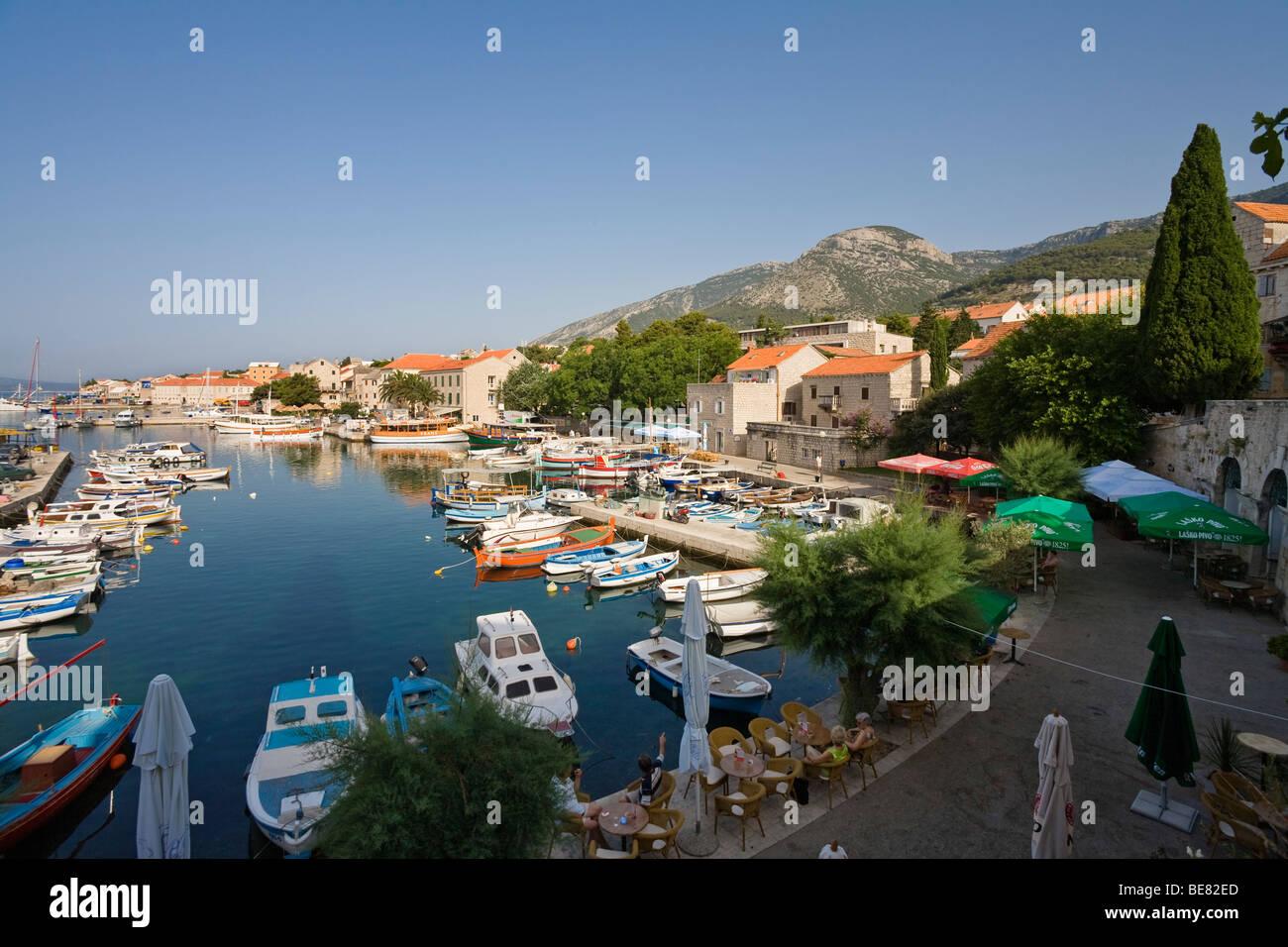 Port bateaux à Bol sous ciel bleu, île de Brac, la Dalmatie, Croatie, Europe Photo Stock