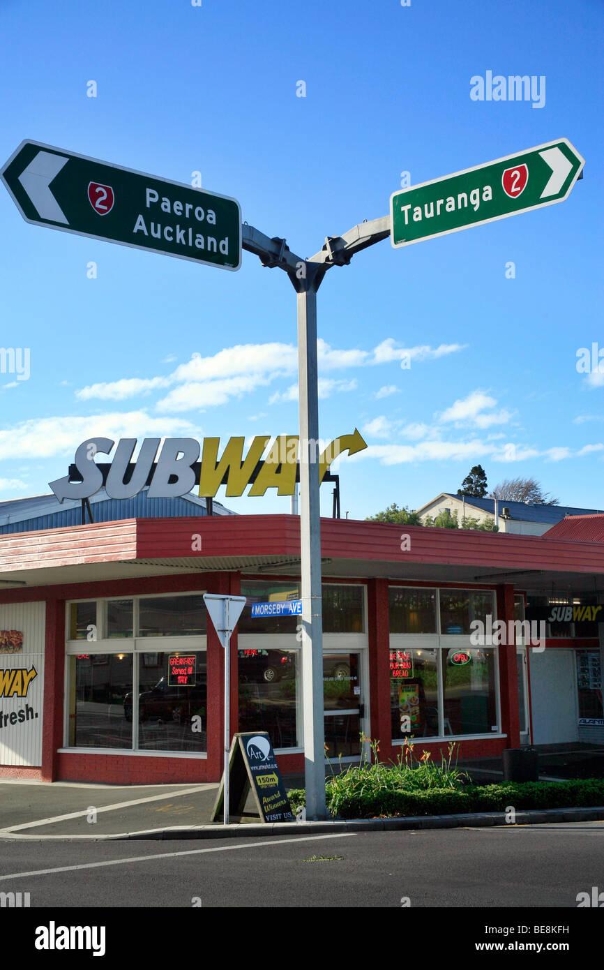 Intersection à Waihi sur l'autoroute deux, île du Nord, en Nouvelle-Zélande. Waihi est le site Photo Stock