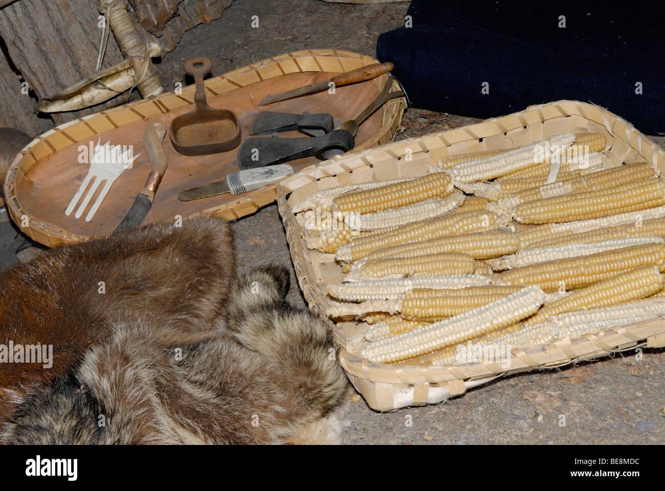 Affichage des outils d'autochtones américains, les peaux et le maïs Photo Stock