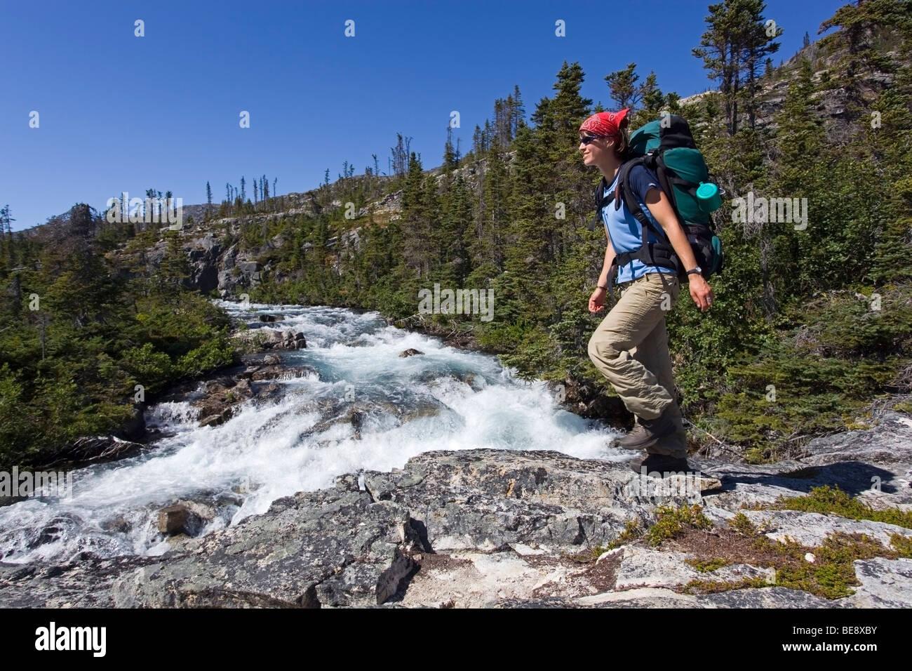 Jeune femme la randonnée, randonneur avec sac à dos, de la Piste-chilkoot historique, le col Chilkoot, Moose creek, Banque D'Images