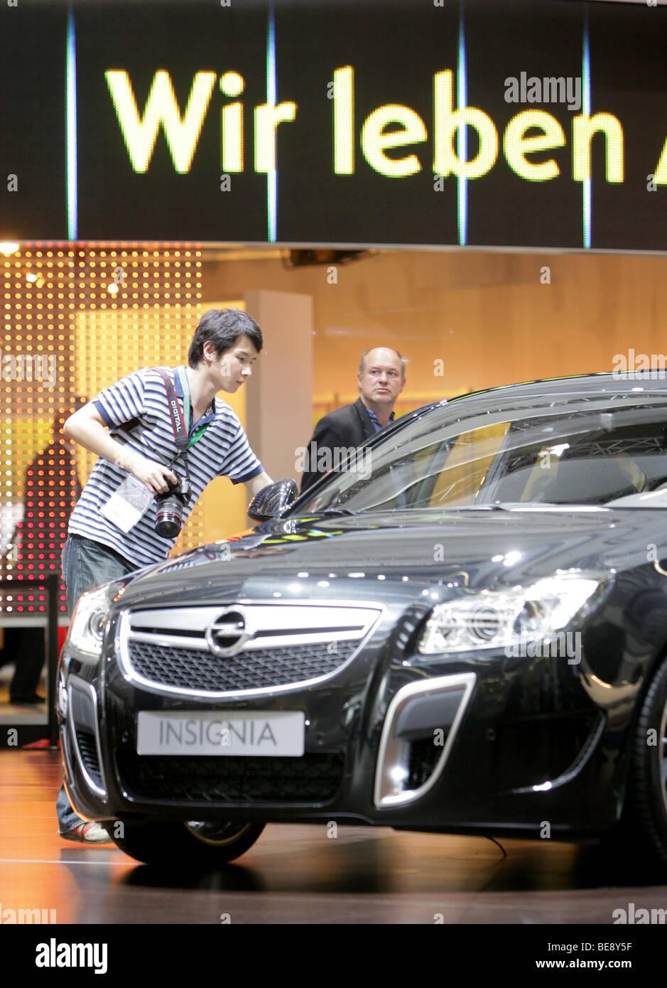 Visiteur à la nouvelle Opel Insignia à la 63. Salon de l'automobile IAA de Francfort/Allemagne Banque D'Images
