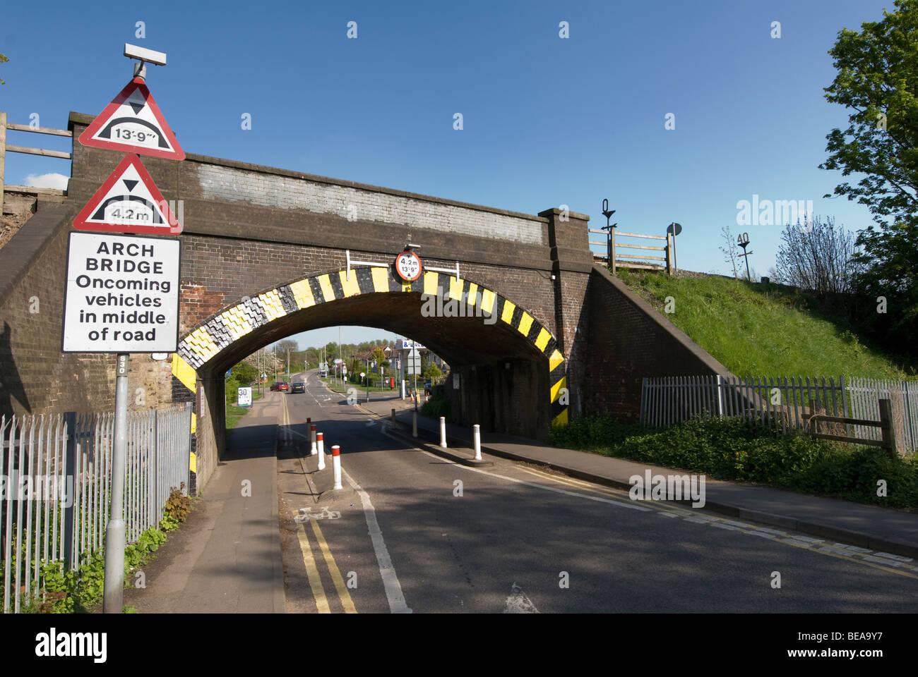 Le marquage routier trafic directeurs seul fichier sous un pont de chemin de fer réglementées hauteur Photo Stock