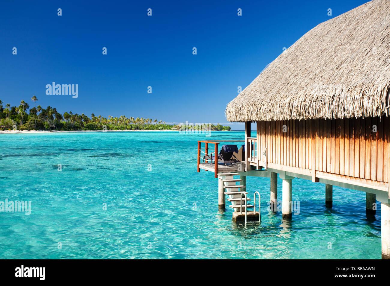 Bungalow sur l'eau avec des marches en incroyable lagoon Banque D'Images