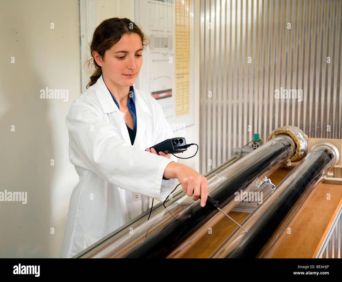 Un scientifique en prenant des mesures à une installation d'essai, Cologne, Allemagne Photo Stock