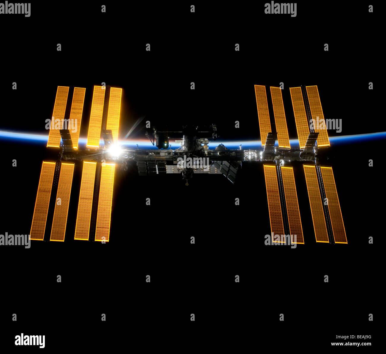 Station spatiale internationale contre la noirceur de l'espace et l'atmosphère de la Terre. Version Photo Stock
