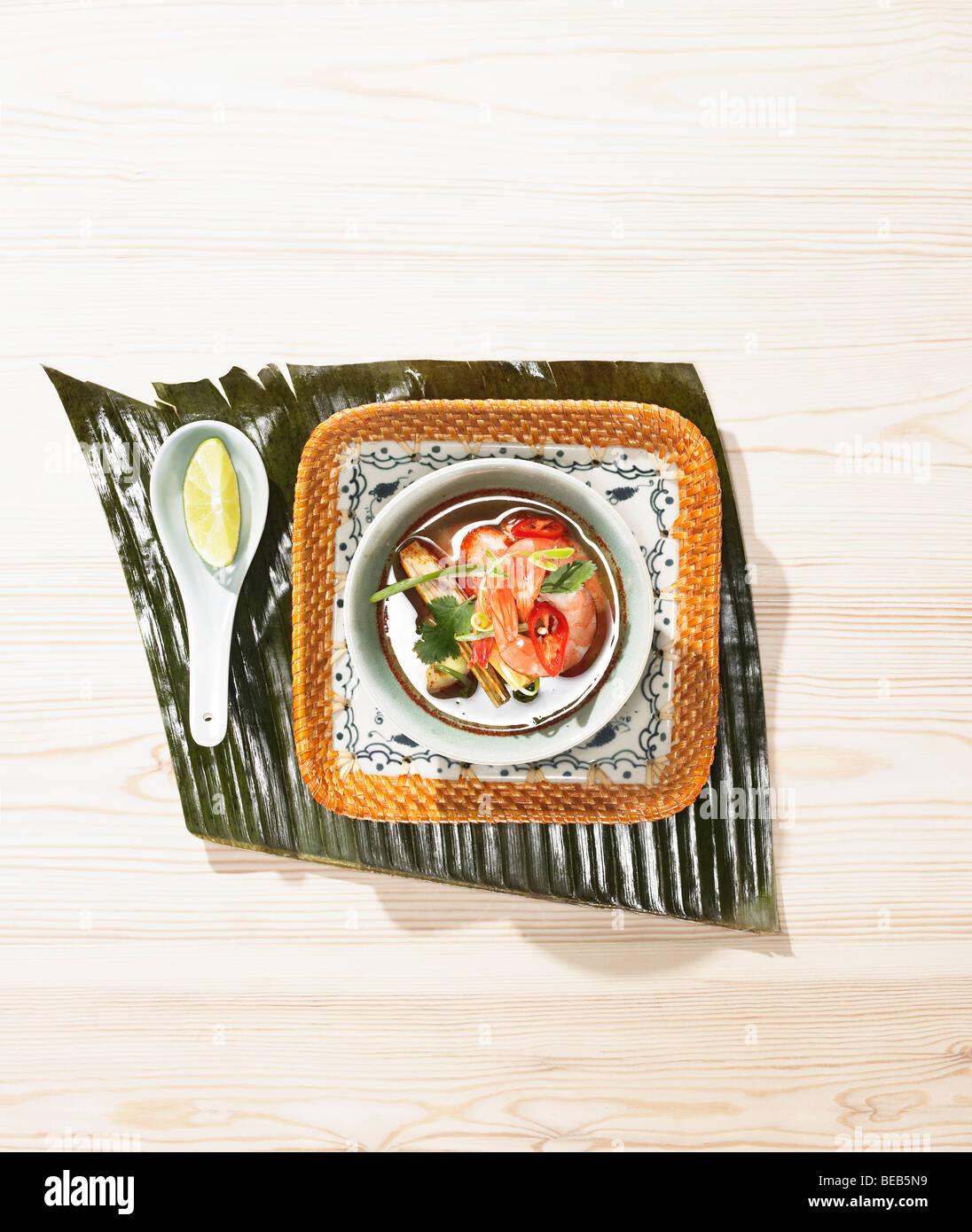 Soupe de crevettes et citronnelle, plat de style asiatique. Banque D'Images