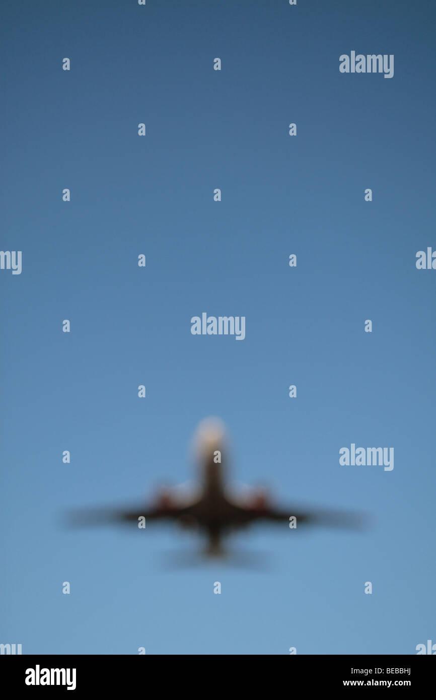Une image non mise au point d'un avion pour atterrir sur la piste du sud de l'aéroport de Heathrow Photo Stock