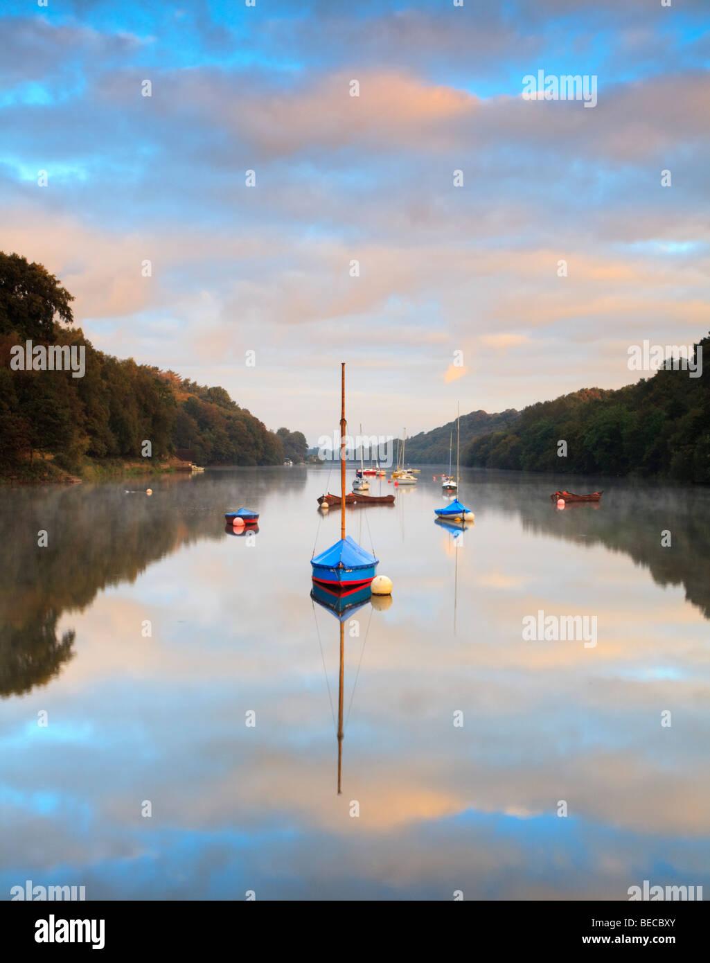 Le lever du soleil sur le lac tranquille dans Rudyard, poireau, dans le Staffordshire Photo Stock