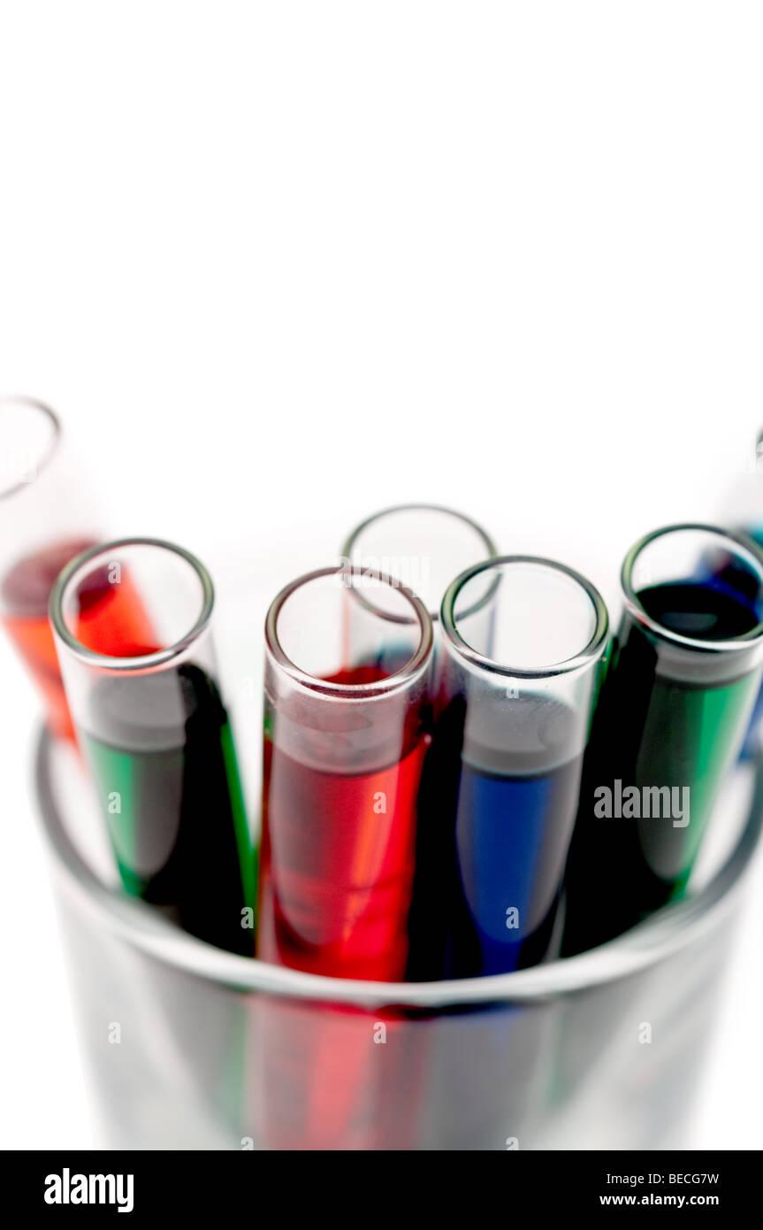L'accent peu profondes près des tubes à essai remplis de produits chimiques de différentes couleurs Photo Stock