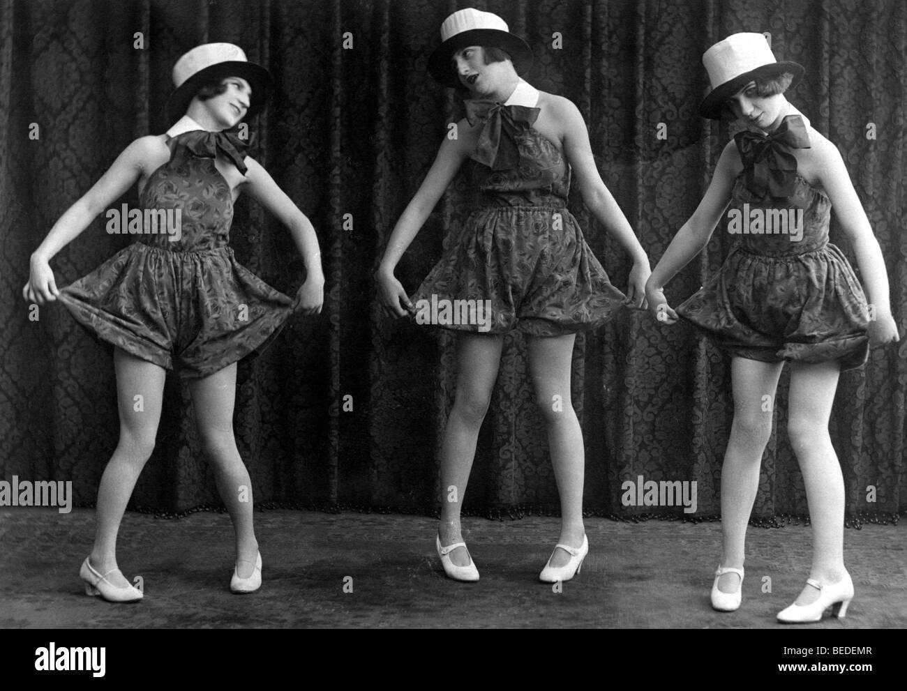 Photographie historique, trois femmes faisant le twist, autour de 1925 Photo Stock