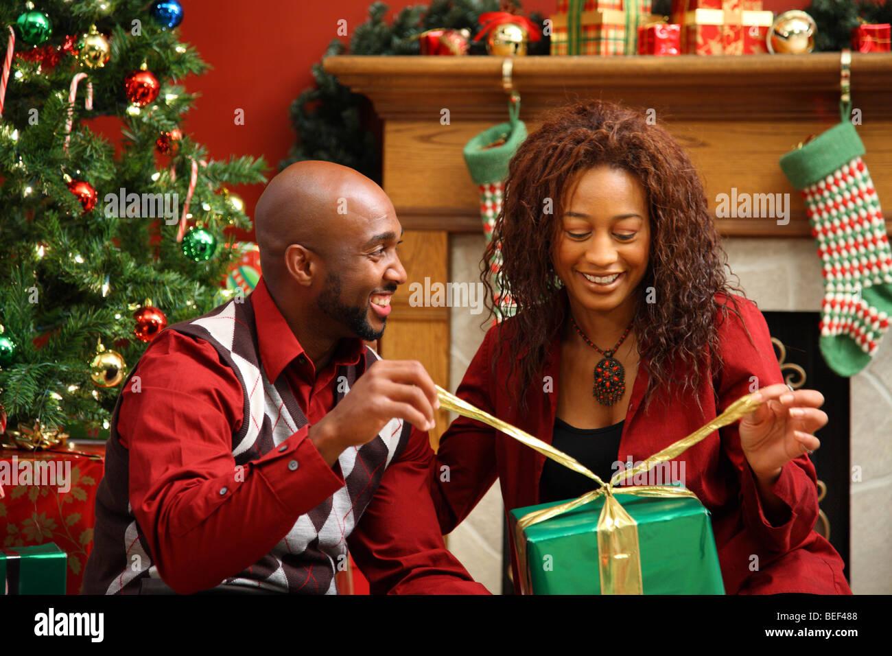 Couple présents ensemble by Christmas Tree Photo Stock