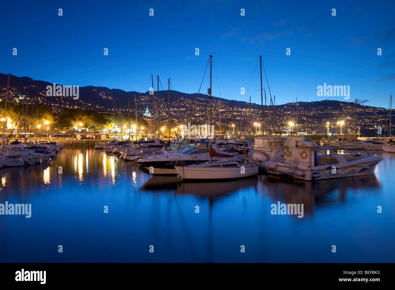 Bateaux dans la marina de Funchal à Madère, à l'aube. Photo Stock