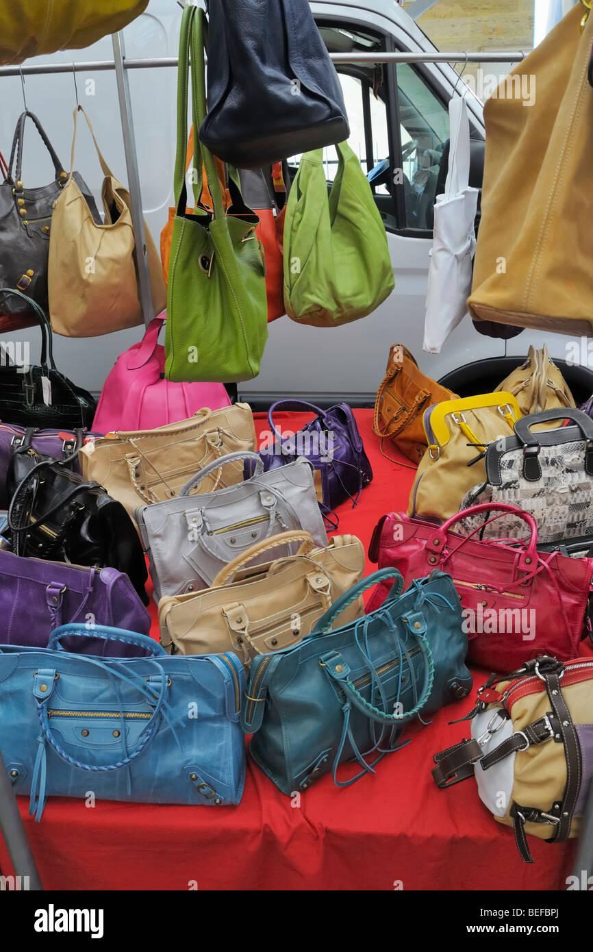 Sacs à main en cuir et sacs à main sur l affichage à la vente sur le marché  de plein air hebdomadaire en Italie. 1c8a61efa92