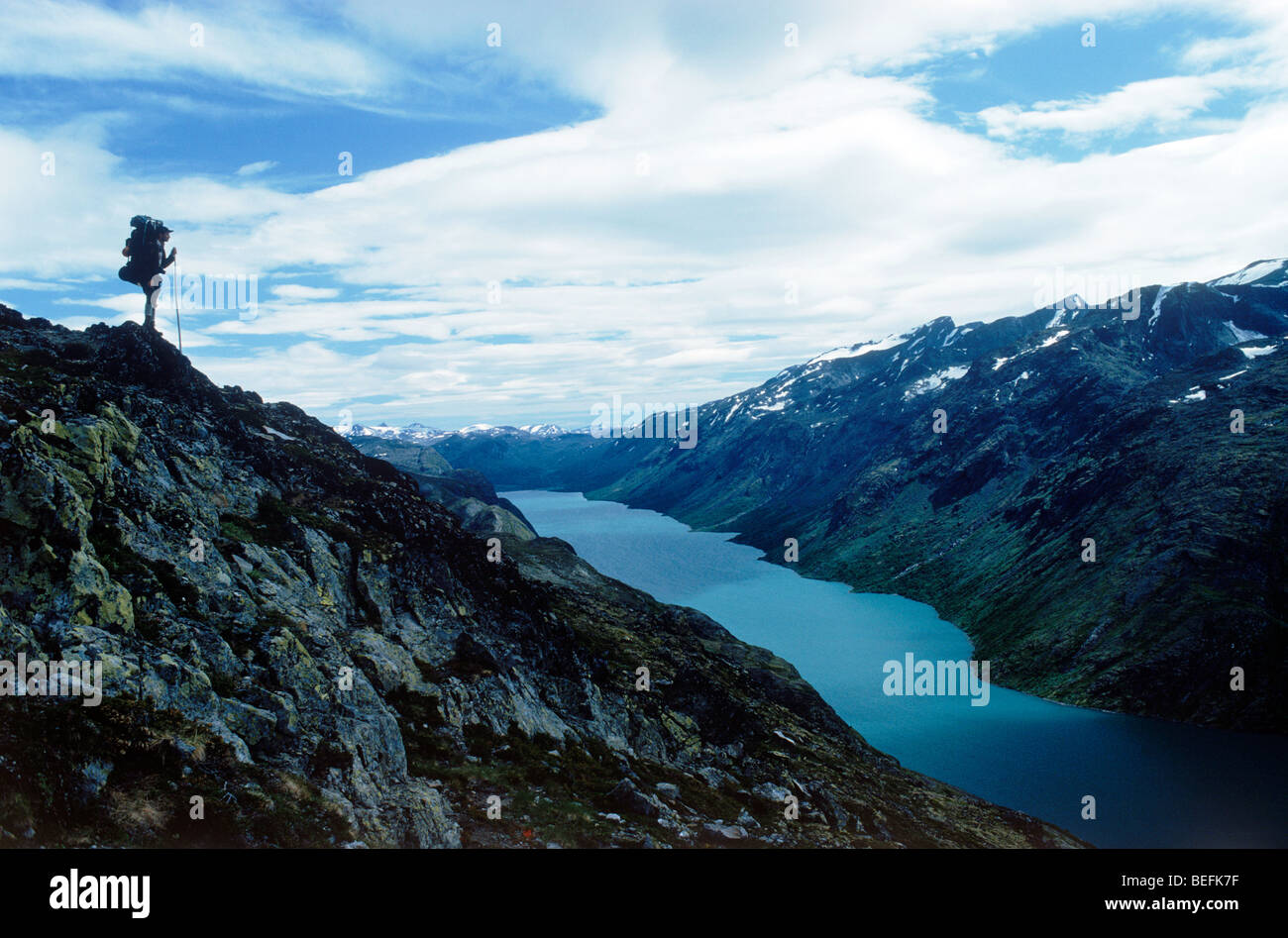 Permanent au-dessus de Gjende randonneur (ou Gjendin) Lac dans les montagnes de Jotunheimen dans le parc national Banque D'Images
