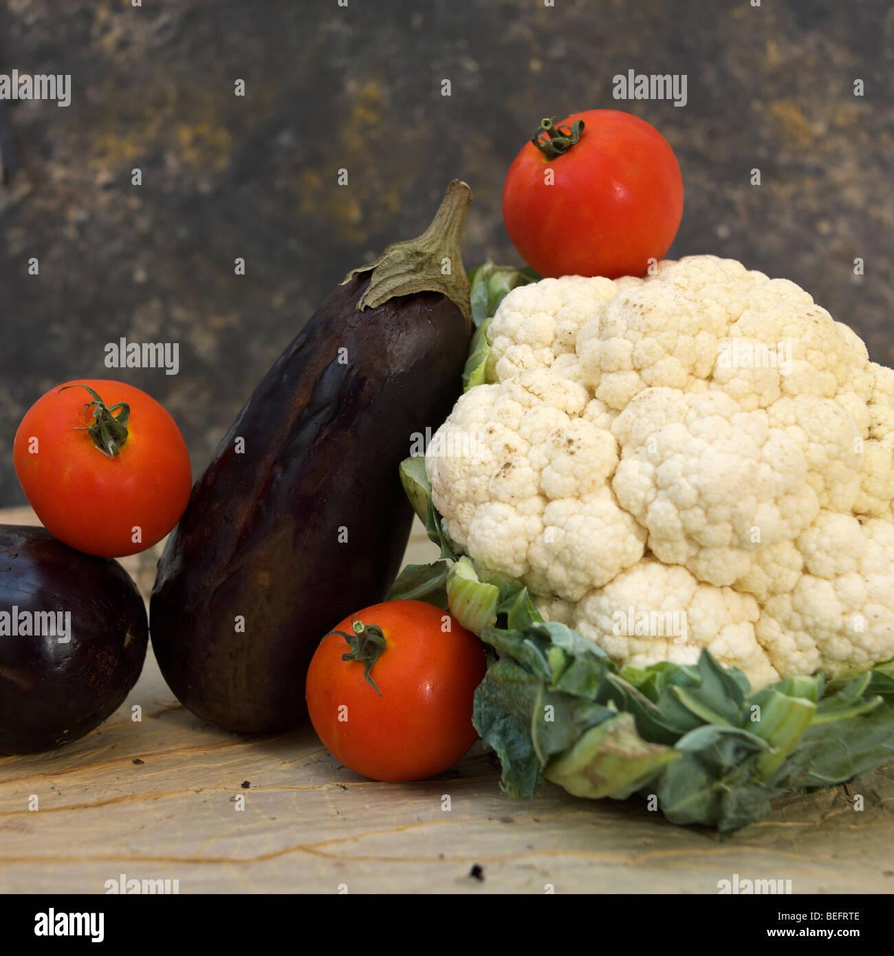 Still Life food légumes - chou-fleur aubergine et les tomates sur une planche à découper Photo Stock