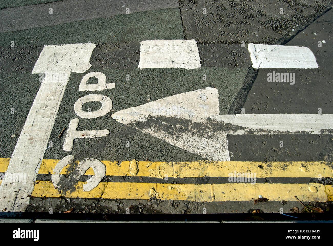 Ligne d'arrêt et flèche dans une piste cyclable à un carrefour à Kingston upon Thames, Surrey, Photo Stock