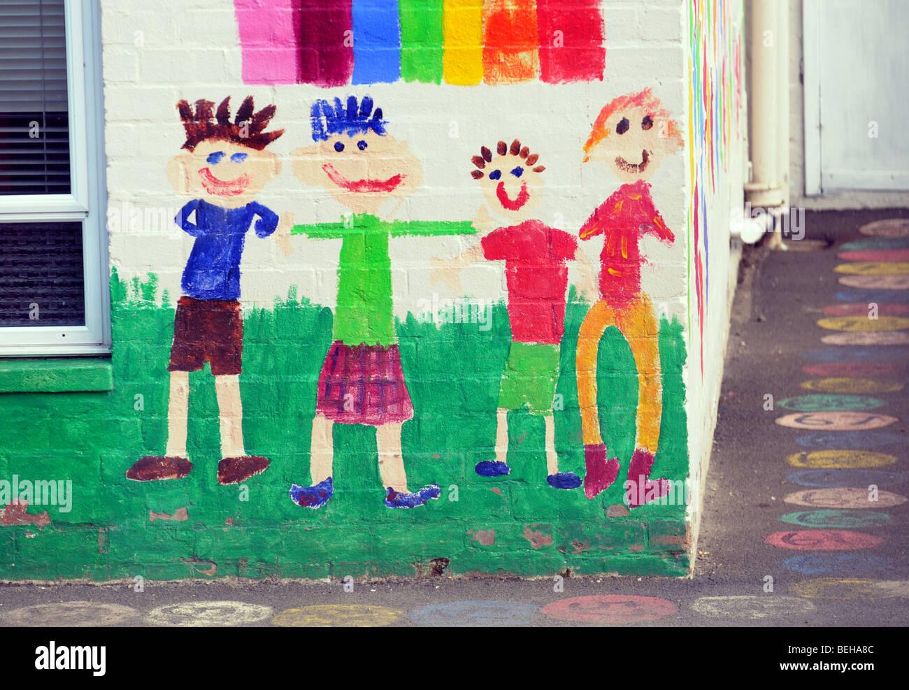 Les dessins des enfants sur le mur extérieur de l'école maternelle. Banque D'Images
