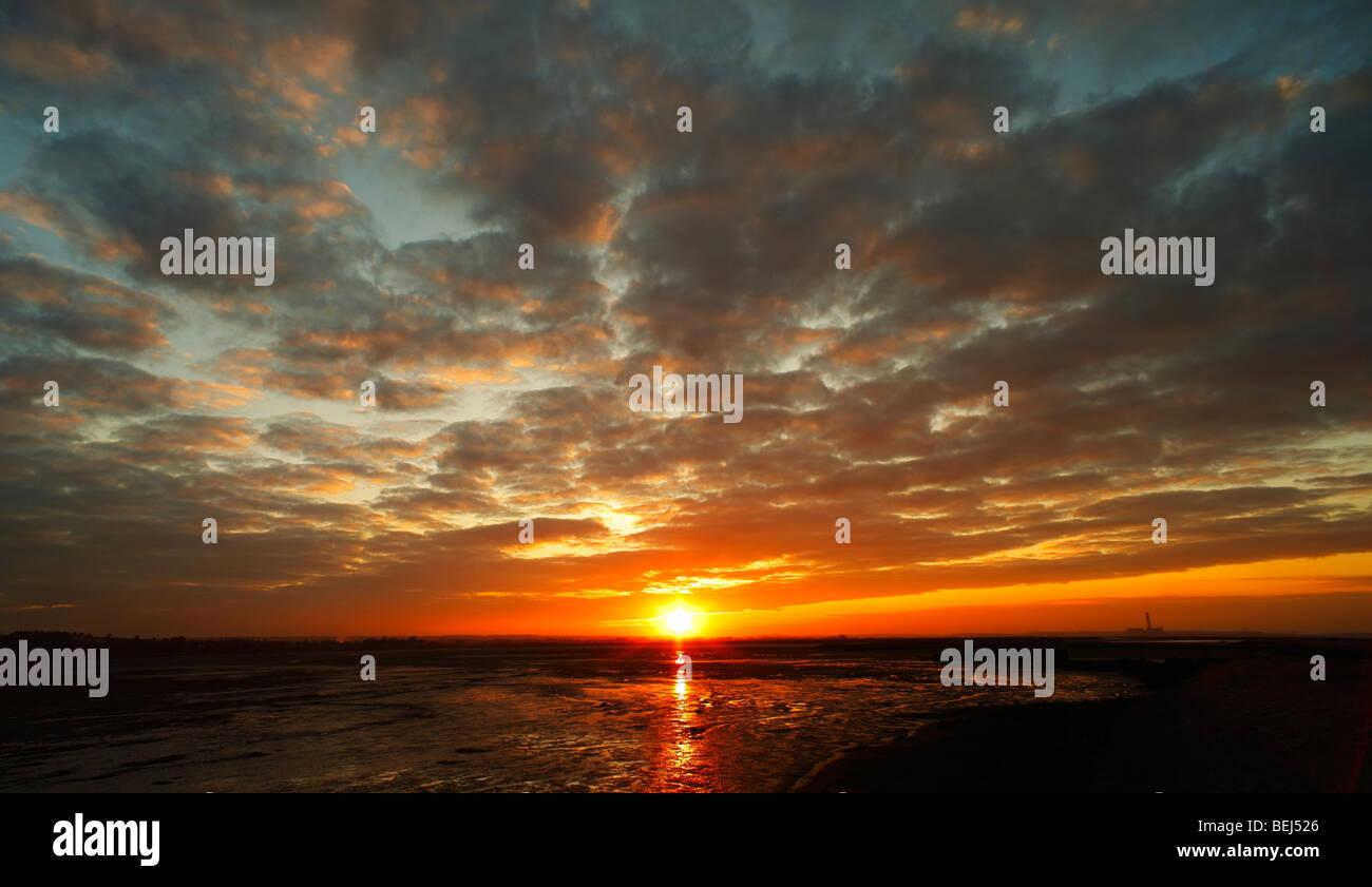 Le coucher du soleil. Bedlams bas, l'ombre, rivière Medway, Kent, Angleterre, Royaume-Uni. Photo Stock