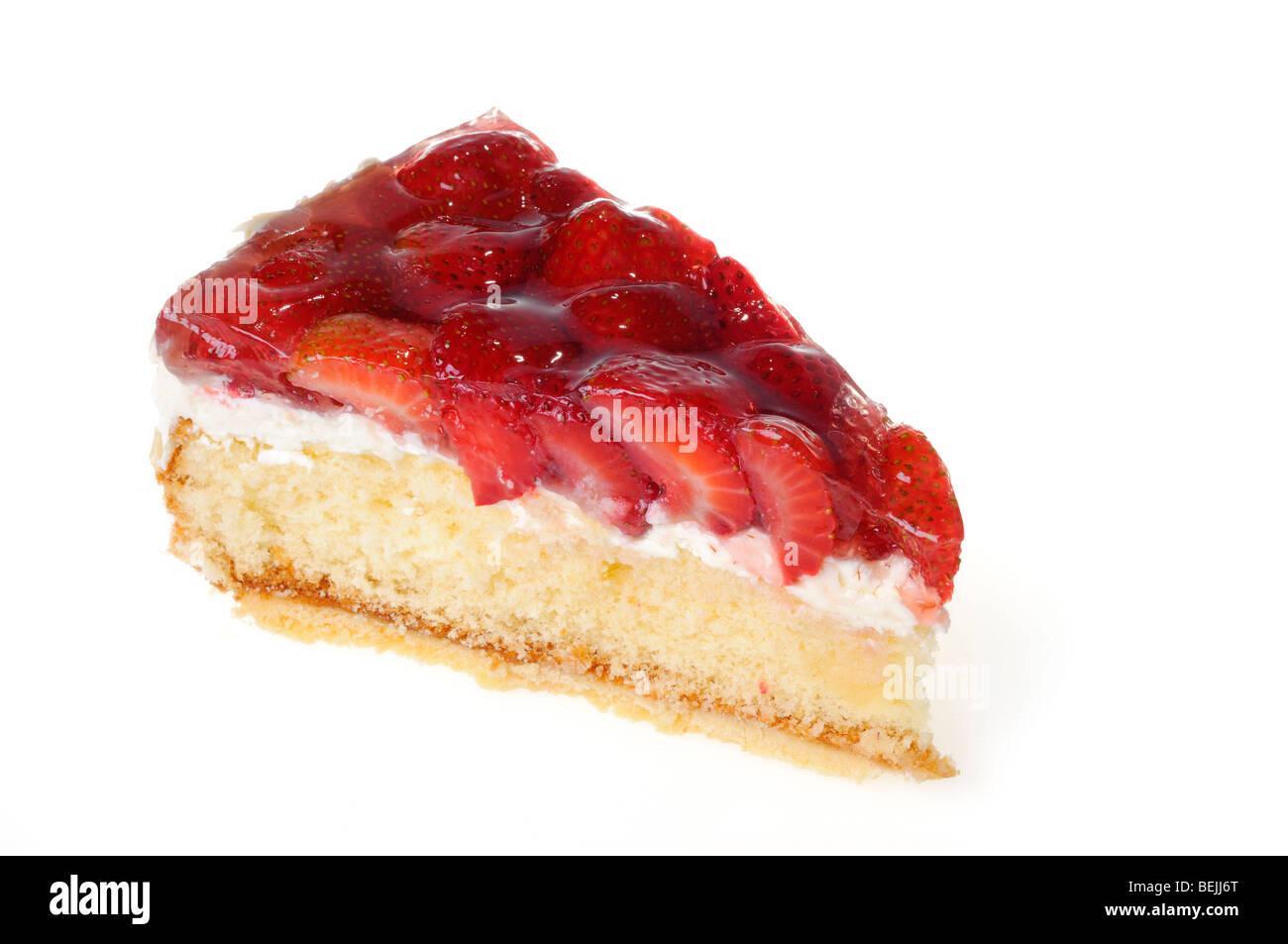 Un morceau de gâteau aux fraises sur blanc Photo Stock
