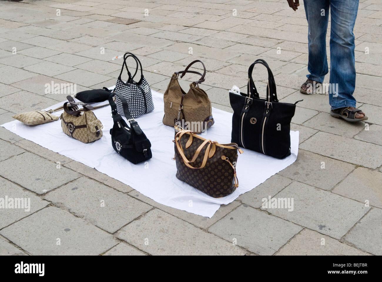 ae4f33b4bca Faux sacs à main designer pour la vente. Italie Venise HOMER SYKES Photo  Stock