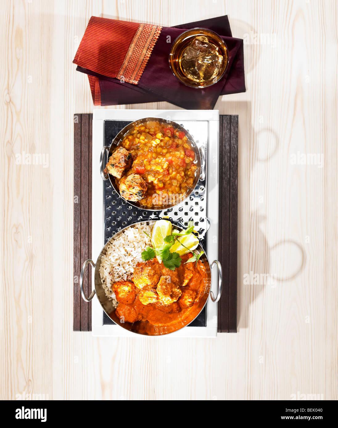 Cuisine indienne, un plat de poulet tikka masala servi avec des lentilles et de bhajji. Photo Stock