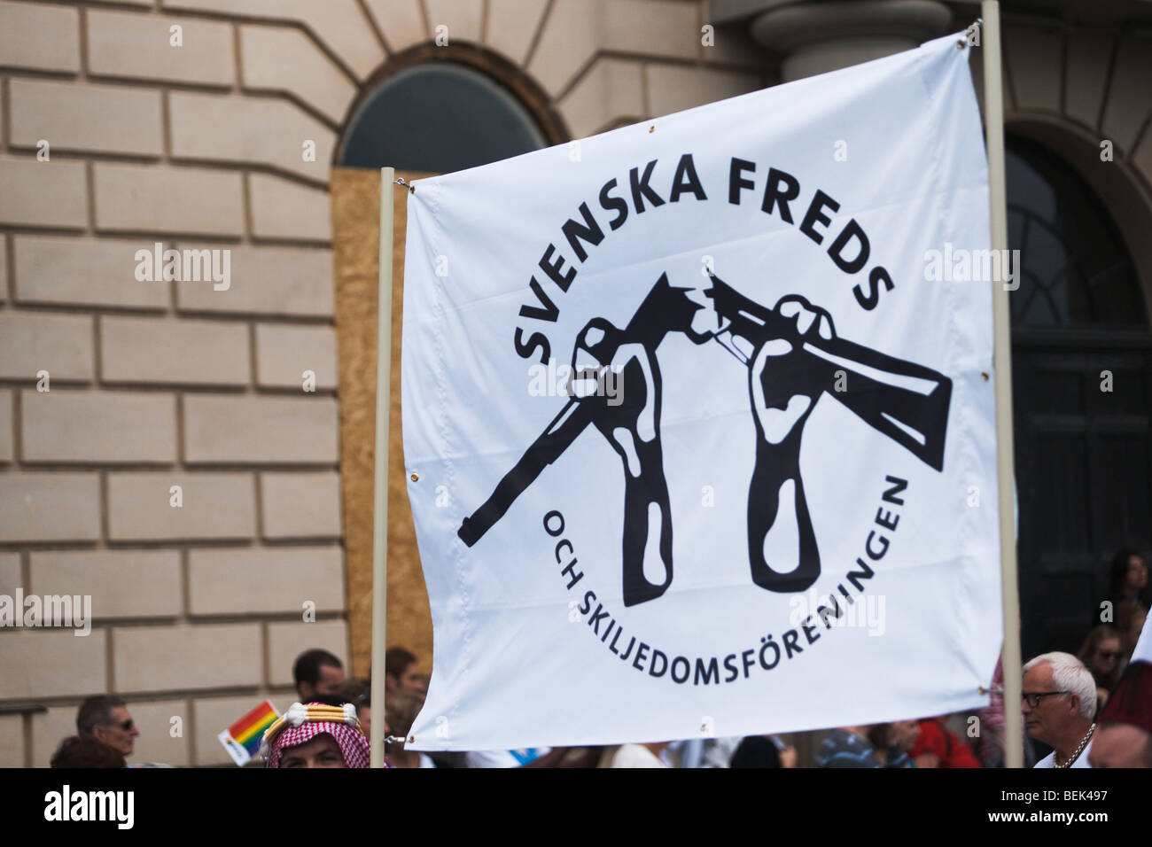 Svenska Freds och Skiljedomsföreningen suédois, mouvement de paix, marchant dans la Stockholm Pride Parade. Photo Stock