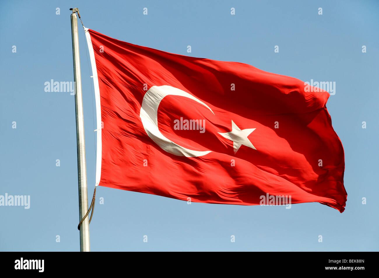 drapeau rouge avec croissant