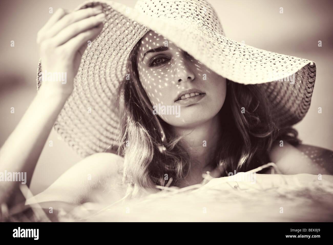 Jeune Femme au chapeau portrait. Teinte jaune doux. Banque D'Images