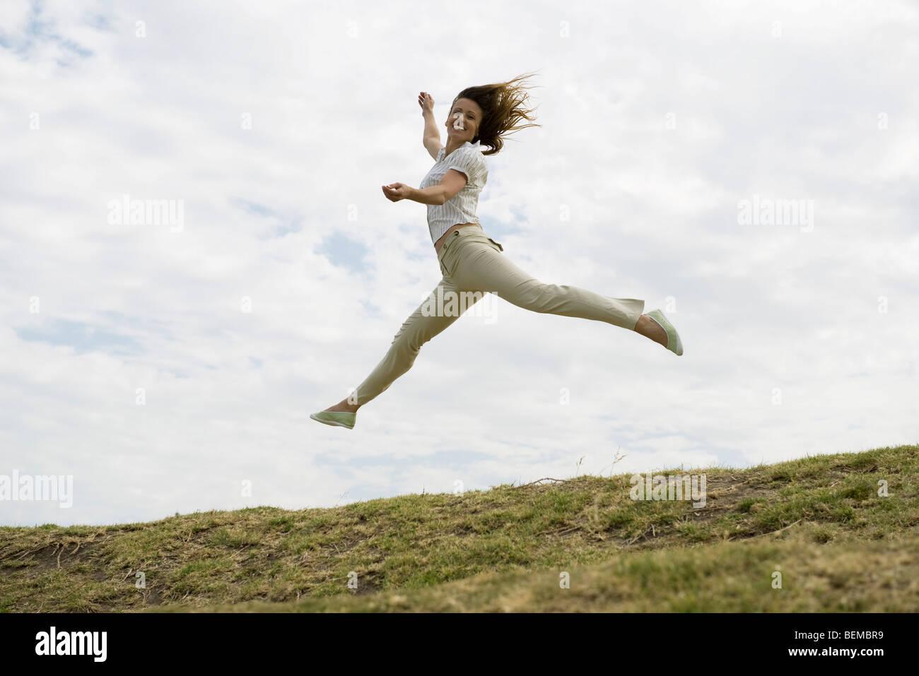 Femme sautant, plein ciel Photo Stock